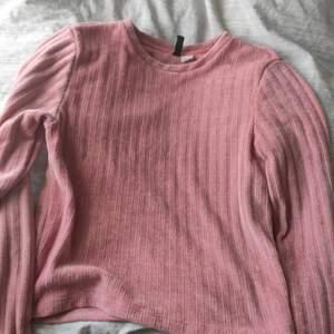 Köpt på H&M för cirka 1/2 år sedan. Knappt använd. Strl S, passar även XS.