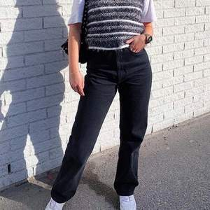 Säljer dessa svarta jeansen i modellen Rowe från Weekday eftersom de tyvärr är lite små för mig. Superfint skick och inga tecken på användning! 💕💕 (Lånad bild)