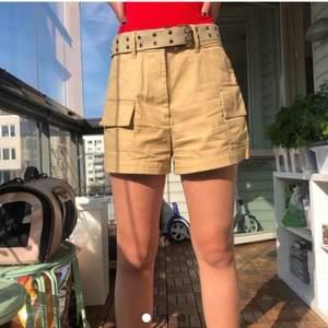 khaki shorts i nyskick i camel färg och stora fickor