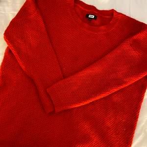 Jätte mysigt stickad tröja från bikbok i storlek S men sitter oversized, mycket fint skick