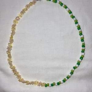 Modernt och populärt pärlat halsband, halva sidan med blommor och andra sidan med gröna seed beads. Se gärna mina andra annonser för fler halsband och ringar.
