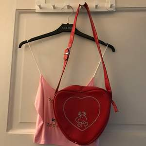 Gullig väska som är formad som ett hjärta, med snobben brodyr på 😍 köparen betalar frakten på 66kr spårbart 💯