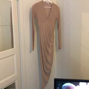 Klänning från Rebecca Stella jätte fin blank klänning stretchig och skönt mjukt material kroppen ser WOOOOW UT I DENNA KLÄNNING