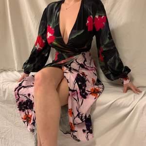 Super söt omlottklänning perfekt för sommaren! Modellen är storlek M men passar både S om L då den är justerbar. Klänningen äe i kättebra skick, Skriv för fler bilder! 💫💫