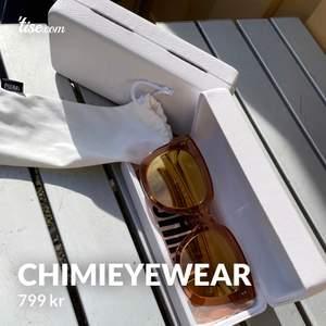 Säljer nu mina helt oanvända chimieyewear solglasögon, modell 008 i färgen peach med spegelglas.   Det är ett par riktigt snygga solglasögon men tyvärr så passade de inte mig så som jag hoppats.  Nypris:  999 kr