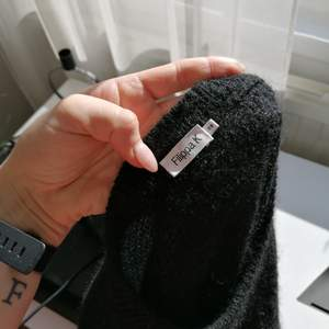 Säljer denna fina stickade tröjan från Filippa K! Fick den förra året men har inte riktigt kommit till användning. Fint skick alltså! Bara att skriva om ni har frågor 🤍
