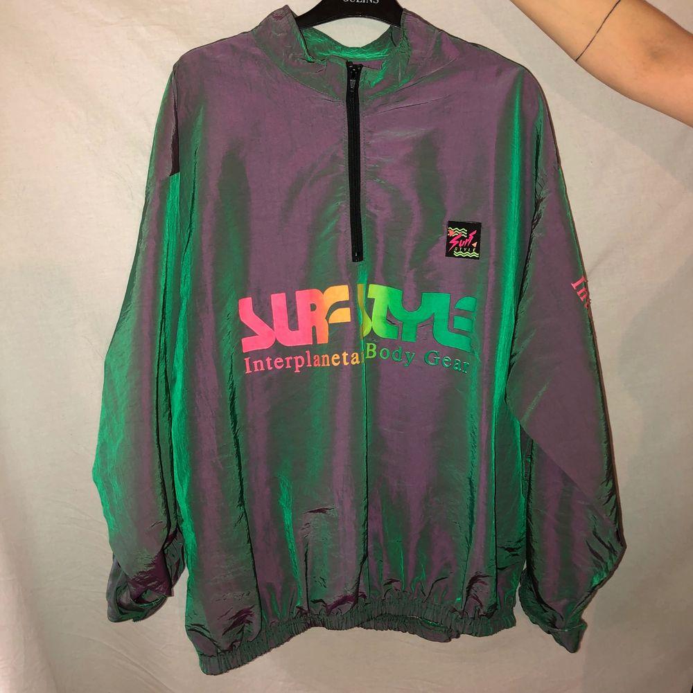 En skitcool vindjacka av surfstyle, skimrande tyg och dragkedja vid halsen. Den är one size men funkar på både M L och XL. Frakt tillkommer på 50 kr. . Jackor.