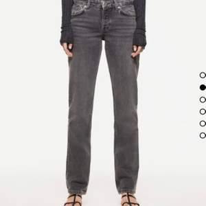 Populära gråa zara jeans med låg midja och raka ben! Storlek 34 och normala i storleken skulle jag säga, jag är 168cm och dom är perfekt längd på mig! Buda från 220kr eller köp direkt för 600kr💗 HÖGSTA BUD: paxad till direktpris!