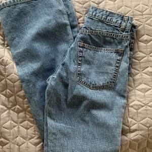 Säljer dessa fina jeans i storlek 34 (67cm midja, 80cm innerbensläng)💓✨🌸