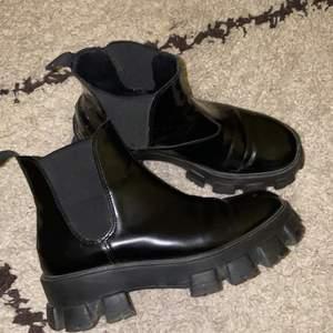 "Chunky boots, Prada inspirerade i ""patent"" material🤍"