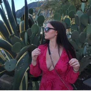 Rosa jumpsuit med röda blommor, öppna ärmar och knyte i midjan 🌺 den är ganska urringad i bröstet men det finns en knapp så man kan knäppa till. Använd fåtal gånger, bara att höra av sig om bild på önskas 🌷