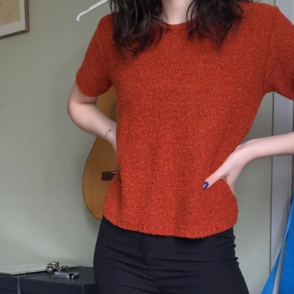 Superfin topp i bränd orangefärg! Den är tyvärr inte min stil och därför säljer jag den ❤️. Toppar.
