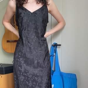 Så vacker slip-dress med blommönster. Så fint i sommar när solljuset träffar klänningen 🥰 Den har snörning längsmed sidorna som blir så snyggt! Säljer då den inte riktigt är min stil men kunde inte motstå att köpa den 😔    Budgivning ifall flera är intresserade.