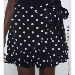 säljer nu denna svinfina pricka byxkjol från zara, den har alltså inbyggda shorts så man ej behöver vara rädd att kjolen blåser upp :) den är i stl M men passar både större & mindre då man själv knyter den, skulle va så fin m ett par strumpbyxor under !!! säljer den för 200kr ink frakt.