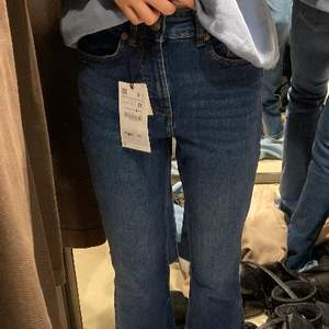 Säljer dem här bootcut jeansen från zara pga att dem är för små för mig och inte kommer till användning! Köpta för 350kr säljer för 250 + frakt😍