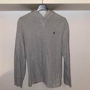 Säljer en grå Polo Ralph Lauren Cotton Jersey Hoodie. Köpt på boozt.com för 795kr+frakt. Använt ett fåtal gånger men bra skick (9/10). Priset är förhandlingsbart och köparen står för eventuell frakt.
