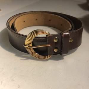 jättefint skärp med ett vackert guldspänne, köpt secondhand. brunt läder, tror ej det är äkta.