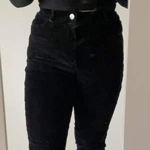 Jättefina och sköna svarta manchester byxor från monki, kommer ej till användning💞har används 3 gånger max