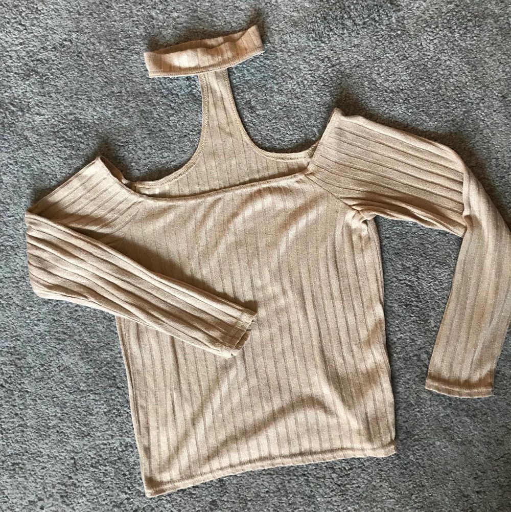 Sjukt sassy & snygg tröja med en gnutta sparkle✨ Passar både till vardags o fest 🥂🍾  Kommer inte ihåg var jag köpt den då jag klippt bort lapparna.. men passar S - XS 👌🏼 inga fel, fläckar eller dyl. . Tröjor & Koftor.
