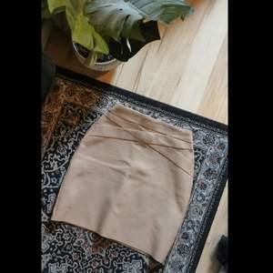 Super snygg kjol, med behagligt material och som drar in formen på kroppen otroligt snyggt! Den är ganska stretchig men håller osn form. Passar mig som är S fastän storleken är M. Köparen står för frakt. Skriv för fler bilder