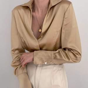 För alla 70tals älskare! Guldig skjorta som tagen från soultrain📀 jag är 160, S så sitter oversized på mig. Tyvärr skrynklig på mina egna bilder. Även byxorna är till salu, men de har en egen annons