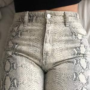 Jeans med ormmönster, använt 1-2 gånger innan💗