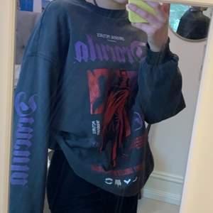 Cool sweatshirt med tryck! Storlek M🤍 Säljer för 100kr+frakt 💕 om det är fler intresserade så blir det budgivning
