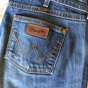 Wrangler bootcut jeans med cool slitning och låg midja. Står storlek 32x32 i dem men passar kanske någon som vanligtvis har S/M. Dom sitter bra på mig som har S bortsett från att dom är lite stora i midjan.