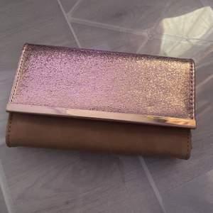 En fin liten väska från Gina. Köpte den för 100kr för nått år sen för att ha på en fest men inte används sön dess. Jag fick den billigare för det saknades band. Så band tillkommer inte. Köparen står för frakten.