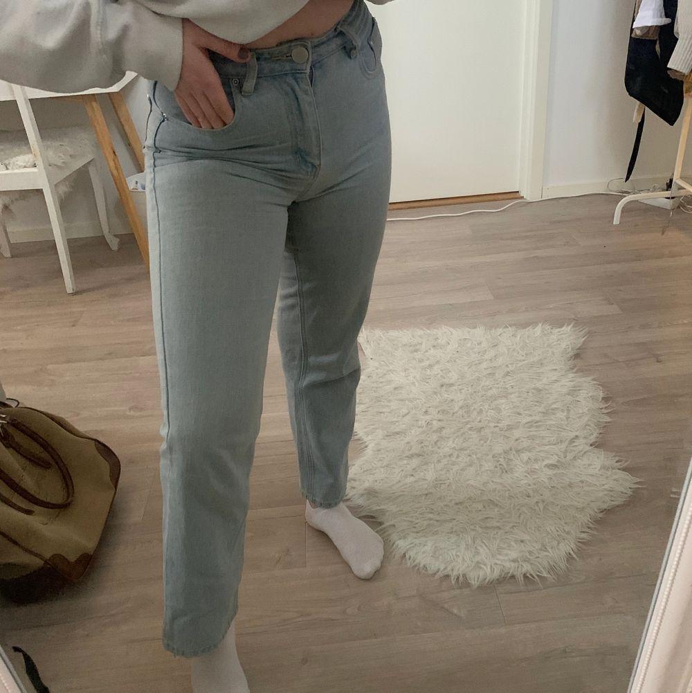 Snyyggaaa ljusblå raka jeans! Dessa har varit mina favojeans länge men säljer pga att de börjar bli för små. Jeans & Byxor.