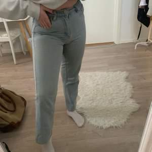 Snyyggaaa ljusblå raka jeans! Dessa har varit mina favojeans länge men säljer pga att de börjar bli för små