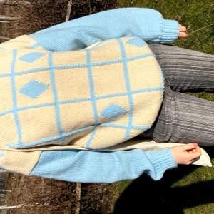 Sjukt cool stickad Sweater! Väldigt färgglad och passar perfekt till våren! Väldigt bra skick, 8,5/10. Modelllen är 163 cm! Skriv till mig om ni har frågor eller vill ha mer bilder!