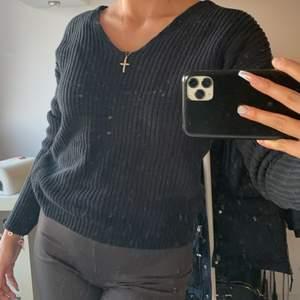 Grovstickad tröja med knytning bak från Nelly i strl S. Inköpt för ett år sen, därav i använt skick. Säljes pga använder inte längre. Något löst sittande.