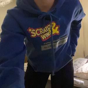 Ball Marc Jacobs hoodie, säljes då den ej kommer till andvändning. Coola unika patches på. Storlek XXS men skulle mer säga S, eller ja lite beroende på hur man vill ha den😋