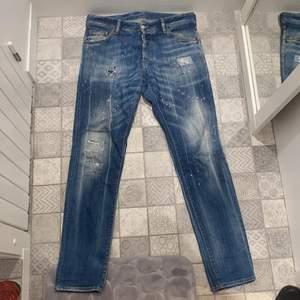 Säljer dessa tvärfeta dsq2 jeans i strl 48. Cond 8/10. Mer bilder kan fixas. Kan skickas mot fraktkostnad.