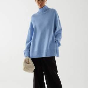 Blå stickad tröja från COS med slits på sidorna. Köptes i december för 790kr. Storleken är XS men skulle säga att den passar XS-M. Kan mötas i Lund eller så står köparen för frakten (69kr).