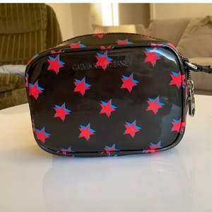 calvin klein väska, helt ny och äkta såklart- nypris 900kr, pris kan absolut diskuteras ⭐️🌌☄️