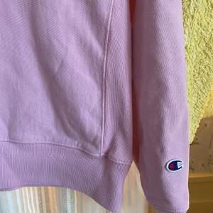 Cool rosa champion tröja i bra skick och kvalitet köpt för några år sedan men inte använd så mycket, det är inte fläckar på plagget