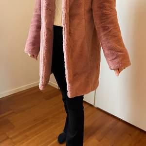 Fin pälsjacka aldrig använd, säljer för 500kr inklusive frakt i priset