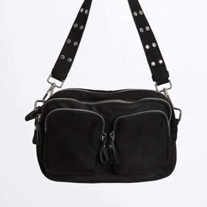 Superfin väska från Gina tricot! Säljer då den inte kommer till användning längre. Använd men hel och fin i nyskick!!