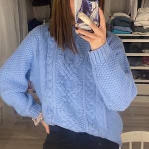 Säljer denna tröja då den är för stor för mig som är en S! Köpt på lager157. Har en sminkfläck vid halsen!!!! Syns knappt men de finns en fläck, går säkert bort i tvätten🦋