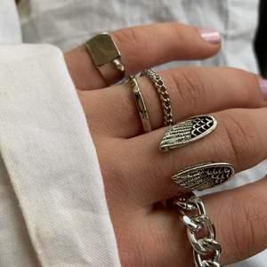 Halloj! Säljer dessa fina ringar för 10 kr / st (förutom den med vingarna som kostar 20 och är justerbar) ⚡️💖 köparen står för frakten som är 12kr