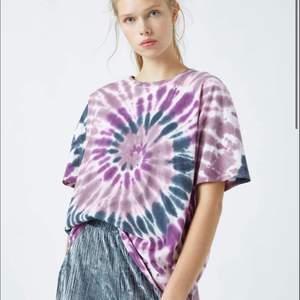 Säljer min fina tie dye t-shirt från pull&bear!! Storlek m men jag är en S och den sitter väldigt bra på mig! Annan färg på bilden men samma tröja!