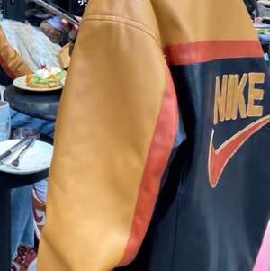Faux leather Nike jacka i vintage y2k stil, oversize passform. Finns kvar i få antal och de är egen gjorde remake jackor☺️