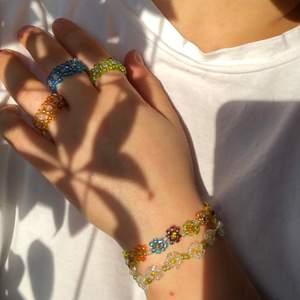 Färgglada armband och rungar perfekt till nu när det börjar bli vår. Armbanden kostar 25kr/st, 2 för 40kr och ringarna 20kr/st, 2 för 30kr!. Har fler färger och jag säljer fler smycken så kolla min sida. Egendesign går att fixa!