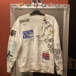 Säljer denna tröjan från ZARA i toppen skick. (Ordinarie pris 400kr) frakt kan diskuteras tillsammans med priset.
