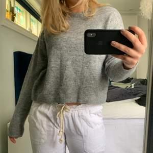 Så fin gråmelerad tjocktröja 🖤 liknar tröjan från både samsoesamsoe och Carin Wester, frakt tillkommer, strl XS/S