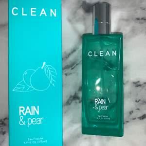 Jag säljer en helt ny clean parfym, 175 ml. Parfymen har en ljuvlig doft och funkar perfekt till våren & sommaren. Jag säljer den pågrund av att jag har andra parfymer och någon annan kan ta användning av den. Ord. 300kr - Mitt pris. 100kr