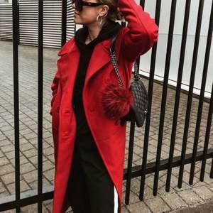 En lång jättefin kappa från H&M i tjockt kvalitetstyg. Väldigt fin röd färg. Köptes för 2000kr och säljer för 500kr.
