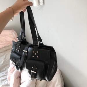 Jättefin väska från Åhléns endast använd fåtal gånger! Perfekt storlek för att få plats med vardagliga saker😊
